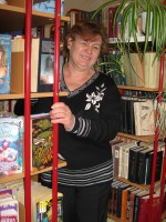 библиотекарь возле стеллажа с книгами